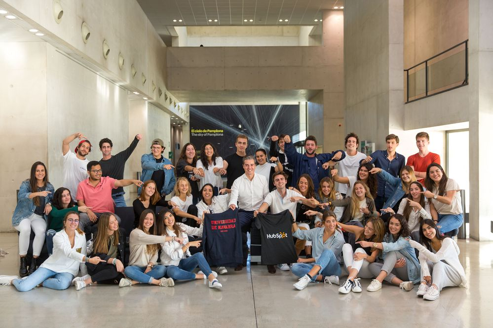 Javier Tourón Porto y sus primeros alumn@s en el hall de la Facultad de Comunicación de la Universidad de Navarra #BeInboundUNAV